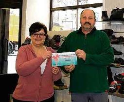 """Ina Klimm von """"Schuh Junkel"""" in der Lutherstadt Eisleben mit dem glücklichen Gewinner des Einkaufsgutscheins.FOTO: PRIVAT"""