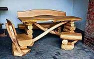 Rustikale Sitzgruppen (Foto), Bänke, Tische, Hocker und Stühle werden im Sägewerk gefertigt.